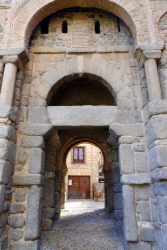 Toledo: Puerta de Alfonso VI. La clave muestra un relieve visigodo
